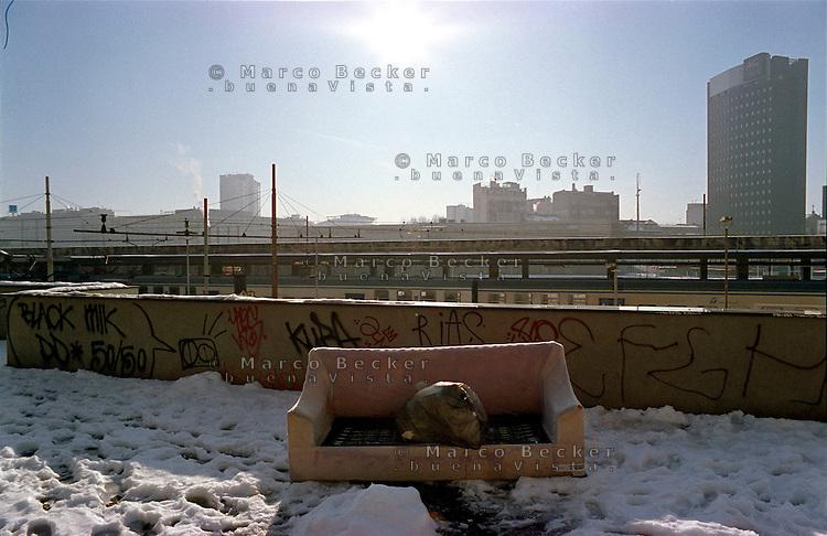 Milano, quartiere Isola. Un divano abbandonato lungo la stazione ferroviaria Porta Garibaldi --- Milan, Isola district. An abandoned sofa along Porta Garibaldi railway station