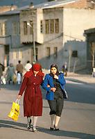 - women  in Erzurum (south-oriental Turkey, Turkish Kurdistan) ....- donne ad Erzurum (Turchia sud-orientale, Kurdistan turco)