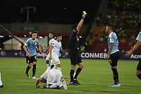 BUCARAMANGA – COLOMBIA, 03-02-2020: Kevin Ortega (PER), arbitro, muestra la tarjeta amarilla a Emanuel Gularte de Uruguay durante partido entre Argentina U-23 y Uruguay U-23 por el cuadrangular final como parte del torneo CONMEBOL Preolímpico Colombia 2020 jugado en el estadio Alfonso Lopez en Bucaramanga, Colombia. / Kevin Ortega (PER), referee, shows the yellow card to Emanuel Gularte of Uruguay during the match between Argentina U-23 and Uruguay U-23 for for the final quadrangular as part of CONMEBOL Pre-Olympic Tournament Colombia 2020 played at Alfonso Lopez stadium in Bucaramanga, Colombia. Photo: VizzorImage / Jaime Moreno / Cont