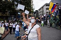 ARMENIA - COLOMBIA, 01-05-2021: Una mujer agita una bandera blanca en la Plaza de Bolívar de la ciudad de Armenia durante la jornada del Día del trabajo en Colombia hoy, 01 de mayode 2021, además se mantiene la protesta por la reforma tributaria que adelanta el gobierno de Ivan Duque además de la precaria situación social y económica que vive Colombia. El paro fue convocado por sindicatos, organizaciones sociales, estudiantes y la oposición y sumando el día del trabano lleva 4 días de marchas y protestas. / A woman waves a white flag in the Plaza de Bolívar of the city of Armenia during the day of Labor Day in Colombia today, May 1, 2021, in addition, the protest against the tax reform that the government of Ivan Duque is advancing in addition to the precarious situation is maintained. social and economic life in Colombia. The strike was called by unions, social organizations, students and the opposition and adding the day of labor has 4 days of marches and protests. Photo: VizzorImage / Santiago Castro / Cont