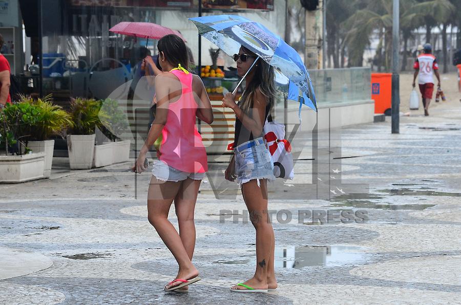 RIO DE JANEIRO, RJ, 17.11.2013 - CLIMA / FRENTE FRIA / FERIADO / RJ - Chegada de frente fria provoca chuva e queda de temperatura em copacabana, zona sul da cidade do Rio de Janeiro, na tarde deste domingo (17).(Foto: Marcelo Fonseca / Brazil Photo Press).