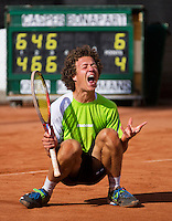10-08-13, Netherlands, Rotterdam,  TV Victoria, Tennis, NJK 2013, National Junior Tennis Championships 2013, Casper Bonapart, winner boys 16 years goes down on the clay after his win. <br /> <br /> Photo: Henk Koster