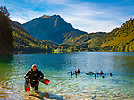 Oesterreich, Oberoesterreich, Salzkammergut: drei Taucherinnen im Vorderen Langbathsee -  beliebter Badesee und Ausflugsziel | Austria, Upper Austria, Salzkammergut: 3 female scuba divers in Vorderer Langbathsee - popular swimming lake and place of excursions