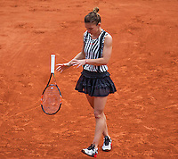 Paris, France, 25 June, 2016, Tennis, Roland Garros,  Simona Halep (ROU) throw her racket.<br /> Photo: Henk Koster/tennisimages.com