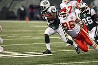 Runningback Leon Washington (Jets) gegen Defensive End Jimmy Wilkerson (Chiefs)<br /> New York Jets vs. Kansas City Chiefs<br /> *** Local Caption *** Foto ist honorarpflichtig! zzgl. gesetzl. MwSt. Auf Anfrage in hoeherer Qualitaet/Aufloesung. Belegexemplar an: Marc Schueler, Am Ziegelfalltor 4, 64625 Bensheim, Tel. +49 (0) 6251 86 96 134, www.gameday-mediaservices.de. Email: marc.schueler@gameday-mediaservices.de, Bankverbindung: Volksbank Bergstrasse, Kto.: 151297, BLZ: 50960101