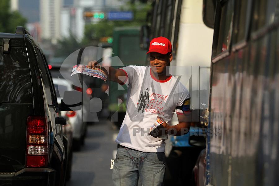 Militante distribui material de campanha do candidato à presidente da Venezuela, Nicolás Maduro. Caracas/Venezuela. FOTO: AMANDA PEROBELLI/BRAZIL PHOTO PRESS