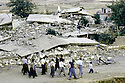 Irak 1991  Habitants dans Halabja en ruines    Iraq 1991  Inhabitants  walking in the ruins of Halabja