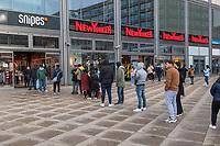 Menschen stehen am Samstag den 13. Maerz 2021 auf dem Berliner Alexanderplatz Schlange, um nach den ersten Lockenrungen gemaess der neuen Coronaregeln shoppen zu koennen. Sie mussten sich dafuer zuvor bei den betreffenden Geschaeften im Internet namentlich registrieren. <br /> 13.3.2020, Berlin<br /> Copyright: Christian-Ditsch.de