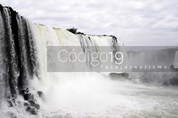 FOZ DO IGUAÇU, PR, 22.08.2019: CATARATAS - BRASIL -  A vista das Cataratas do Iguaçu, do lado do Brasil, uma das maiores cachoeiras do mundo, com uma extensão de 2,7 km e atravessando a fronteira com a Argentina, formadas por centenas de cascatas, entre elas a Garganta do Diabo, com 80 m de altura, no Parque Nacional de Foz de Iguaçu, nesta quinta-feira (22), em Foz do Iguaçu. (Foto: Donaldo Hadlich/(Código19)