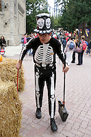 Italy. Province of Veneto. Castelnuovo del Garda. As a preparation for Halloween, a sweeper is wearing a dead human skeletton costume and a hat with skull. Gardaland is the biggest amusement park in Italy and one of the largest in the whole of Europe. © 2006 Didier Ruef
