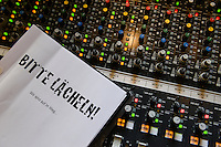 """Hamburg, Eisenhans Band """"Bitte Laecheln"""", ein integratives Bandprojekt von Thalia und Leben mit Behinderung e.V. , Studioaufnahmen fuer eine CD im Rahmen einer Foerderung der Aktion Mensch"""