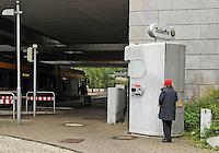 Vollsperrung des Hauptbahnhof Leipzig - 4 Tage Lang rollt kein Zug in den Kopfbahnhof ein oder aus - Zwischen Leipzig Messe und Hauptbahnhof wird ein Schienenersatzverkehr durch die LVB durchgeführt - im Bild: die Benutzung der Toilette vor Ort ist leider nur Mitarbeitern der DB und der LVB vorenthalten.  Foto: Norman Rembarz