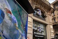 """- Milan, store of mobile phone company """"3"""" in Cordusio..square ....- Milano, punto vendita della compagnia di telefonia mobile """"3"""" in piazza Cordusio"""