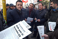 - sciopero dei lavoratori ATM (Azienda Trasporti Milanesi), picchetto sindacale davanti al deposito degli autobus Giambellino....- strike of ATM (Milan Transport Company) workers , labor union picket line in front of Giambellino bus depot
