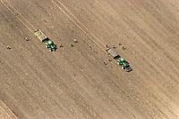 Feldarbeit: EUROPA, DEUTSCHLAND, MECKLENBURG VORPOMMERN  (GERMANY), 14.05.2008:Deutschland, Mecklenburg Vorpommern,  Landwirtschaft, Feld,  Acker, Trecker, Arbeit, Steine, Sammeln,  Spuren, Luftaufnahme, Luftbild, Luftansicht, Wirtschaft, Agrar, Subventionen, .c o p y r i g h t : A U F W I N D - L U F T B I L D E R . de.G e r t r u d - B a e u m e r - S t i e g 1 0 2, 2 1 0 3 5 H a m b u r g , G e r m a n y P h o n e + 4 9 (0) 1 7 1 - 6 8 6 6 0 6 9 E m a i l H w e i 1 @ a o l . c o m w w w . a u f w i n d - l u f t b i l d e r . d e.K o n t o : P o s t b a n k H a m b u r g .B l z : 2 0 0 1 0 0 2 0  K o n t o : 5 8 3 6 5 7 2 0 9.C o p y r i g h t n u r f u e r j o u r n a l i s t i s c h Z w e c k e, keine P e r s o e n l i c h ke i t s r e c h t e v o r h a n d e n, V e r o e f f e n t l i c h u n g n u r m i t H o n o r a r n a c h M F M, N a m e n s n e n n u n g u n d B e l e g e x e m p l a r !.