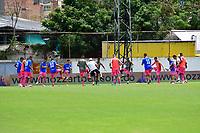 ENVIGADO-COLOMBIA, 25-10-2020: Jugadores de Envigado F. C. calientan antes de partido entre Envigado F. C., y Alianza Petrolera de la fecha 16 por la Liga BetPlay  DIMAYOR I 2020, en el estadio Polideportivo Sur de la ciudad de Envigado. / Players of Envigado F. C., warm up prior a match between Envigado F. C., and Alianza Petrolera of the 16th date  for the BetPlay DIMAYOR League 2020 at the Polideportivo Sur stadium in Envigado city. Photo: VizzorImage / Luis Benavides / Cont.