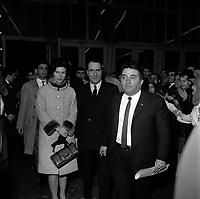 17 Décembre 1965. Vue de Danièle et de François Mitterand lors d'un meeting de campagne présidentielle.
