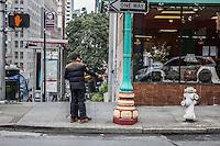 San Francisco Chinatown una coppia fa un selfie con un estensore del cellulare <br /> A couple doing selfie photo