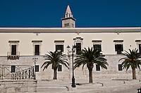 Trani è un comune italiano di 55.842 abitanti capoluogo insieme a Barletta ed Andria, della provincia di BAT (Barletta-Andria-Trani), in Puglia.<br /> È nota città d'arte per le bellezze artistiche ed architettoniche. La città è situata sulla costa adriatica 43 km a nord di Bari, ad un'altitudine di 7 metri sul livello del mare. <br /> Riguardo alle sue origini, alcuni ritrovamenti archeologici (tracce di insediamenti abitativi dell'Età del Bronzo a Capo Colonna) attestano le sue origini preistoriche, ma le tracce più concrete arrivano non prima della conquista dei Romani. Dopo la caduta dell'Impero Romano iniziò in Puglia il periodo bizantino, caratterizzato da una pausa di dominazione longobarda e dalle minacce continue provenienti dal mare ad opera dei Saraceni. Fu comunque il Medioevo il periodo d'oro della città. Nel 1042 Trani venne scelta come sede di una delle dodici baronie in cui venne divisa la Contea di Puglia: assegnata al conte Pietro, venne espugnata solo diversi anni dopo. In questo periodo la città godette di un certo grado di autonomia, dovuto al controllo ormai formale da parte dei governatori bizantini e alle lotte di potere tra i diversi rami della famiglia Altavilla. Trani cadde definitivamente sotto il dominio normanno nel 1073, dopo 50 giorni di assedio, per mano di Roberto il Guiscard. Fu in questo periodo, corrispondente alla prima crociata, precisamente nel 1099, che nella città si iniziarono i lavori per la costruzione della cattedrale in onore del santo patrono San Nicola pellegrino, un giovane greco in viaggio verso Roma che morì a Trani, dopo diversi giorni di malattia ed alcuni miracoli, e canonizzato subito dopo a furor di popolo. Già allora aveva grande importanza il porto, che sarà in seguito punto di partenza e di ritorno di diverse crociate.