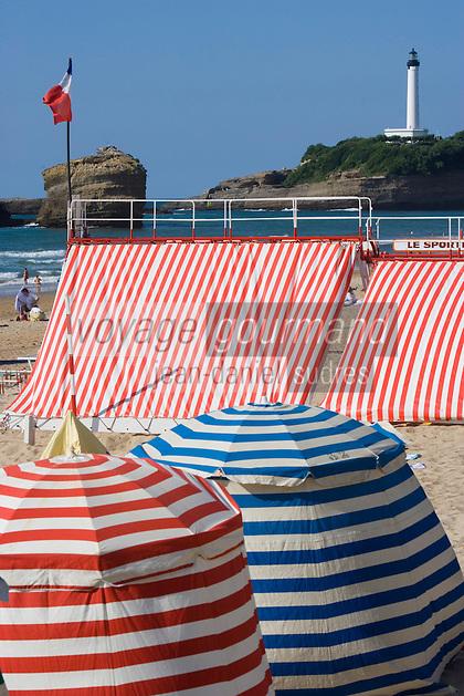 Europe/France/Aquitaine/64/Pyrénées-Atlantiques/Biarritz: Cabines de Plage de la grande Plage et le phare