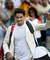5-7-06,England, London, Wimbledon, quarter finals, Roger Federer in white jacket waves to the crowd while leaving teh court