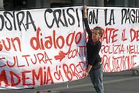 studenti e professori delle università milanesi fanno lezione in piazza per protesta contro la riforma del ministro dell'istruzione Mariastella Gelmini
