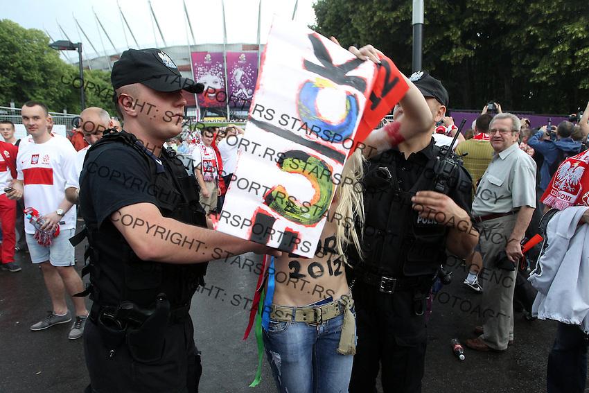 WARSZAWA 08.06.2012 FEMEN PROTEST PRZED EURO 2012 PRZED STADIONEM NARODOWYM DZIALACZKI FEMEN PIERSI BIUST .WARSAW FEMEN PROTEST EURO 2012 .N Z. DZIALACZKI FEMEN POLICJA POLICE .FOT.ALEKSANDER MAJDANSKI / NEWSPIX.PL .---.Newspix.pl