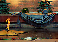 Mosca (Moscow) / Russia.La Tomba del Milite ignoto è un memoriale di guerra dedicato ai soldati sovietici caduti durante la Seconda Guerra Mondiale, nota in Russia come la Grande guerra patriottica. .È situata ai piedi delle mura del Cremlino di Mosca, all'interno dei Giardini di Alessandro..The Tomb of the Unknown Soldier is a war memorial dedicated to Soviet soldiers killed during World War II, known in Russia as the Great Patriotic War. It is located at the foot of the Kremlin wall in Moscow, within the Alexander Gardens..Photo Livio Senigalliesi.