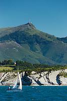 France, Pyrénées-Atlantiques (64), Pays-Basque,Env  Ciboure: La Corniche basque ou Corniche d'Urrugne, en fond les  Pyrénées basques  et la Rhune  // France, Pyrenees Atlantiques, Basque Country,Near Ciboure Basque Corniche, Corniche Urrugne  in the background   the Basque Pyrenees and the Rhune
