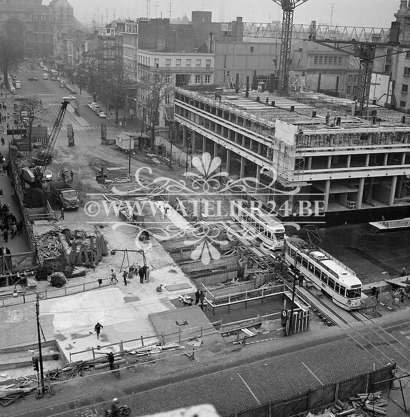 Oktober 1971. Bouw premetro in Antwerpen. Bouwwerken aan de Keyserlei naast de opera.