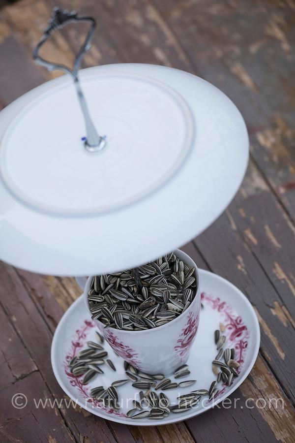 """Futterhäuschen, Futterplatz aus Porellan-Geschirr, Kaffeegeschirr selber basteln, einen attraktives Vogelfutter-Häuschen aus einen ausgedienten Kaffeservice und einer Etagere basteln. Schritt 5: fertige """"Vogelfutter-Etagere"""" Vogelfutter selbst herstellen, Vogelfutter selber machen, Vogelfutter selbermachen, Vogelfütterung, Fütterung, bird's feeding, """"upcycling, Wiederverwertung"""","""