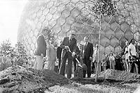 Le Maire Jean Dreapeau plante un arbre devant le pavillon americain de l'expo 67, Juillet 1973 (date exacte inconnue)<br /> <br /> PHOTO D'ARCHIVE : Agence Quebec Presse - Alain Renaud