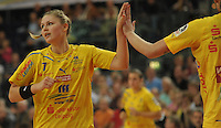 Handball, Frauen, 1. Bundesliga. HC Leipzig gg Bayer Leverkusen. im Bild:  Leipzigs Nathalie Augsburg klatscht ab. Foto: Alexander Bley
