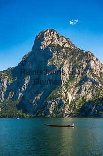 Oesterreich, Oberoesterreich, Salzkammergut, Traunkirchen am Traunsee: mit dem Traunstein (1.691 m)   Austria, Upper Austria, Salzkammergut, Traunkirchen at Lake Traun: with summit Traunstein (1.691 m)