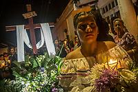 GUACARI - COLOMBIA: 19-04-2018. Monaguillos y voluntrios durante la procesión del viernes santo en la población de Guacarí, Valle del Cauca, Colombia, de la semana santa para los cristianos. / Voluntiers during procession of the holy Friday in  the town of Guacari, Valle del Cauca, Colombia as part of Easter Week to the Christians.  Photo: VizzorImage / Gabriel Aponte / Staff