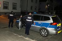 Mustafa Kaya und Thorsten Richter (r) auf dem Weg zu ihrem Fahrzeug - 03.04.2021 Mörfelden-Walldorf: Kontrolle Ausgangssperre durch das Ordnungsamt