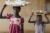 BURKINA FASO, Bobo Dioulasso, child labour, girl sell nuts / Kinderarbeit, Maedchen verkauft Erdnuesse