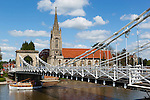 Great Britain, England, Buckinghamshire, Marlow: River Thames, All Saints Church and suspension bridge designed by William Tierney Clark in 1832 (prototype for Budapest's Szechenyi Chain Bridge) | Grossbritannien, England, Buckinghamshire, Marlow: Haengebruecke ueber die Themse, erbaut 1832 von William Tierney Clark (Prototyp der Budapester Szechenyi Kettenbruecke) und die All Saints Church