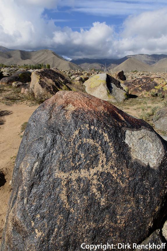 Steinfeld mit Steinritzungen, 2.Jt. v.Chr. nördlich des  Issyk Kul See, Kirgistan, Asien<br /> stone field with engraved stones 2nd Mill. b.C. north of Issyk Kul Lake, Kirgistan, Asia