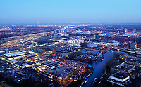 Nederland - Den Haag- 2020. Den Haag bij avond. Op de voorgrond bedrijventerrein de Binckhorst. De Binckhorst is volop in ontwikkeling en wordt omgevormd tot een stedelijk en waterrijk gebied waar het aantrekkelijk is om te werken en te wonen. Foto Berlinda van Dam / Hollandse Hoogte