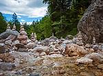 Deutschland, Bayern, Oberbayern, Berchtesgadener Land, bei Hintergern (Berchtesgaden): Steinmaennchen in der Almbachklamm | Germany, Bavaria, Upper Bavaria, Berchtesgadener Land, near Hintergern (Berchtesgaden): cairns at Almbachklamm