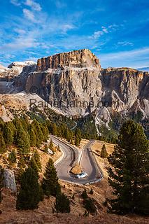 Italien, Trentino - Alto Adige, oberhalb von Canazei: die Sella-Joch-Passstrasse vor dem Sella Massiv mit dem Sass Pordoi | Italy, Trentino - Alto Adige, above Canazei:  Sella Pass Road and Sella Group with Sass Pordoi