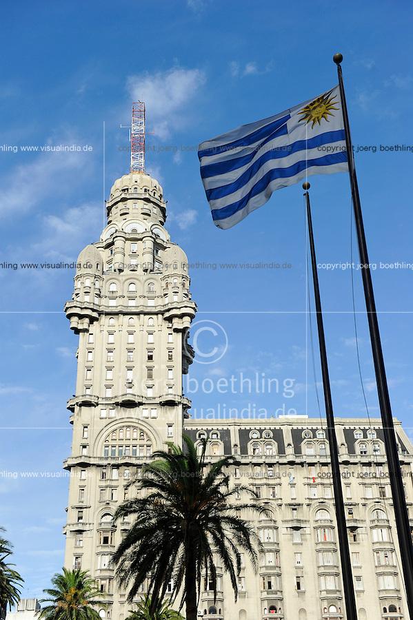 URUGUAY Montevideo Hochhaus Palacio Salvo (vom Architekten Mario Palanti  entworfen, eingeweiht 1928 , mit Hoehe von 105 m war das Gebaeude im Stil des Art déco bis 1935 das hoechste Bauwerk in Suedamerika) am Plaza de Independencia   / URUGUAY Montevideo , Art Deco building Palacio Salvo at Plaza de Independencia