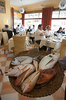 """Europe/France/Provence-Alpes-Côte d'Azur/13/Bouches-du-Rhône/Marseille:  restaurant """"Chez Fonfon"""" au Port du Vallon des Auffes -Présentation des poissons pour la bouillabaisse"""