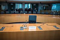 38. Sitzung des Unterausschusses des Verteidigungsausschusses des Deutschen Bundestag als 1. Untersuchungsausschuss am Donnerstag den 13. Februar 2020.<br /> In dem Untersuchungsausschuss soll auf Antrag der Fraktionen von FDP, Linkspartei und Buendnis 90/Die Gruenen der Umgang mit externer Beratung und Unterstuetzung im Geschaeftsbereich des Bundesministeriums fuer Verteidigung aufgeklaert werden. Anlass der Untersuchung sind Berichte des Bundesrechnungshofs ueber Rechts- und Regelverstoesse im Zusammenhang mit der Nutzung derartiger Leistungen.<br /> Einziger Tagesordnungspunkt war die Konstituierung des Unterausschusses als Untersuchungsausschuss.<br /> Als Zeugin war die ehemalige Verteidigungsministerin Ursula von der Leyen geladen. Die Zeugin weigerte sich in Anwesenheit von Foto- und TV-Journalisten den Sitzungssaal zu betreten. Die Journalisten mussten auf Anweisung des Ausschussvorsitzenden Hellmich den Saal verlassen.<br /> Im Bild: Der leere Zeugenplatz mit dem Namensschild der ehemaligen Verteidigunsministerin.<br /> 13.2.2020, Berlin<br /> Copyright: Christian-Ditsch.de<br /> [NUR FUER REDAKTIONELLE ZWECKE! Werbung nur auf Anfrage beim Fotografen. Inhaltsveraendernde Manipulation des Fotos nur nach ausdruecklicher Genehmigung des Fotografen. Vereinbarungen ueber Abtretung von Persoenlichkeitsrechten/Model Release der abgebildeten Person/Personen liegen nicht vor. NO MODEL RELEASE! Don't publish without copyright Christian-Ditsch.de, Veroeffentlichung nur mit Fotografennennung, sowie gegen Honorar, MwSt. und Beleg. Konto: I N G - D i B a, IBAN DE58500105175400192269, BIC INGDDEFFXXX, Kontakt: post@christian-ditsch.de<br /> Bei der Bearbeitung der Dateiinformationen darf die Urheberkennzeichnung in den EXIF- und  IPTC-Daten nicht entfernt werden, diese sind in digitalen Medien nach §95c UrhG rechtlich geschuetzt. Der Urhebervermerk wird gemaess §13 UrhG verlangt.]