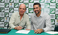 CALI - COLOMBIA- 23-04-2016: Álvaro Martínez (Izq.), Presidente del Deportivo Cali, Mario Alberto Yepes (Der.), de Colombia, es el  nuevo técnico de Deportivo Cali, durante rueda de prensa en la sede del Club en Pance. Yepes, colombiano de 40 años, ex jugador de la Selección Colombia, Deportivo Cali, Cortuluá, Rionegro, Nantes, París Saint Germain (Francia), Milán, Chievo, Atalanta (Italia), River Plate, San Lorenzo (Argentina), realizó sus estudios como entrenador en territorio italiano, esta será la primera oportunidad del exjugador desde el banco para dirigir un equipo. / Álvaro Martínez (Izq.), President of Deportivo Cali, Mario Alberto Yepes (R), of Colombia, is the new coach of Deportivo Cali, during news conference at the headquarters in Pance. Yepes, 40-year-old, former player of the national team Colombia, Deportivo Cali, Cortuluá, Rionegro Nantes, Paris Saint Germain (France), Milan, Chievo, Atalanta (Italy), River Plate, San Lorenzo (Argentina), studied coaching in Italian territory this one will be the first opportunity of the ex player from the bench, to direct a team. Photo: VizzorImage / Nelson Rios / Cont.