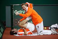 7-2-06, Netherlands, Amsterdam, Daviscup, first round, Netherlands-Russia, training, Fysiotherapist Jurgen Roorink stretching Raemon Sluiter in the warming up