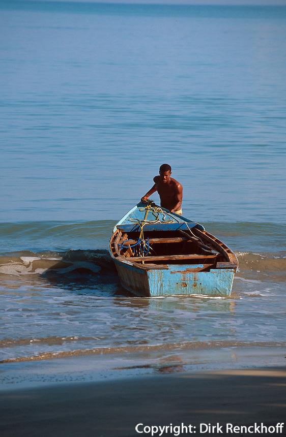 Dominikanische Republik, Fischerboot in der Flussmündung von Miches