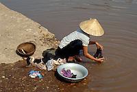Waschen im Fluss bei Hanoi, Vietnam