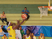 BUCARAMANGA -COLOMBIA, 26-03-2013. Phillip Brooks de Búcaros y Jeff Jahnbulleh de Piratas durante partido de la fecha 20 de la Liga DirecTV de baloncesto profesional colombiano disputado en la ciudad de Bucaramanga. /  Phillip Brooks of Bucaros and Jeff Jahnbulleh during game of the date 20 of the DirecTV League of professional Basketball of Colombia at Bucaramanga city. (Photo:VizzorImage / Jaime Moreno / STR)........